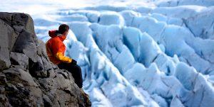 Man met zicht op ijskappen
