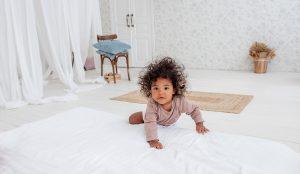 Baby in minimalistische slaapkamer