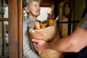 sharing is caring voedsel delen met vrouw