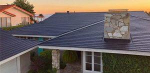 Tesla Solar Roof bij zonsondergang