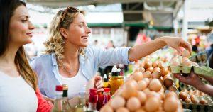 Vrouwen shoppen lokale producten